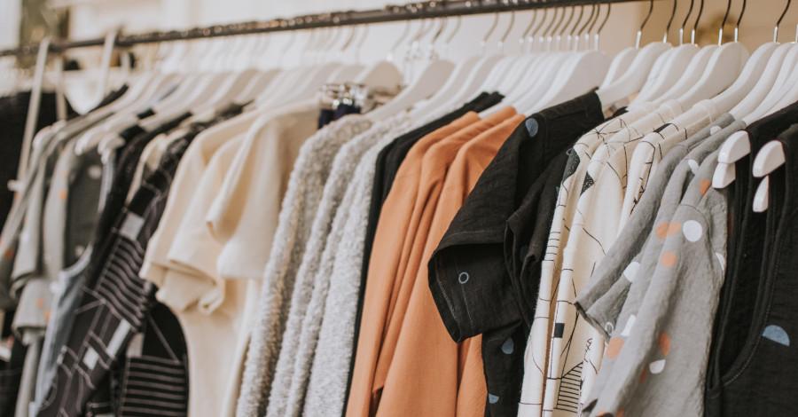 Základné doplnky na oživenie jarného šatníka